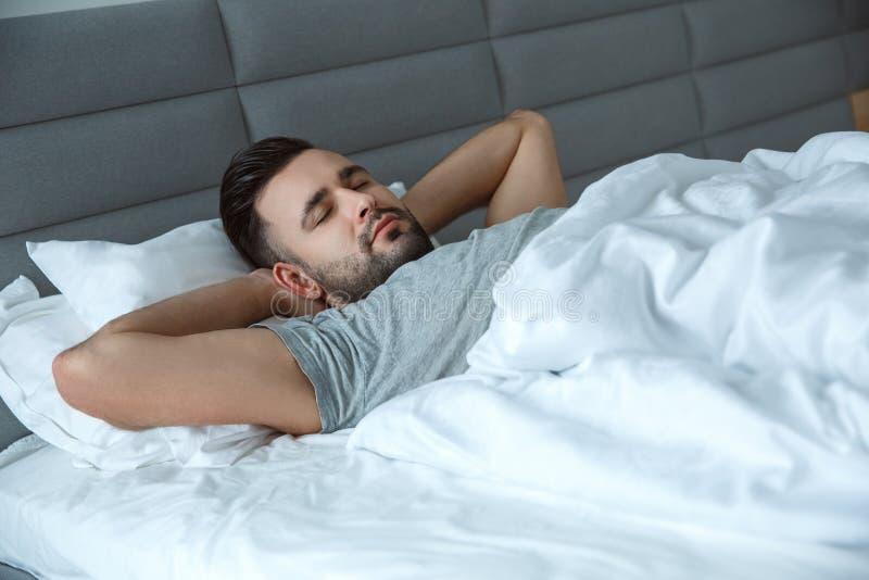 Dormir rutinario diario del concepto de la mañana de la forma de vida del hombre del soltero el solo fotos de archivo libres de regalías