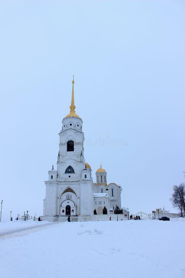 Dormition大教堂的Belltower的冬天视图在城市从大教堂正方形的弗拉基米尔俄罗斯在多云天 免版税库存照片
