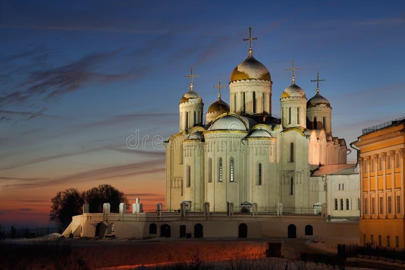 Dormition domkyrka på vintersolnedgången i Vladimir royaltyfria bilder