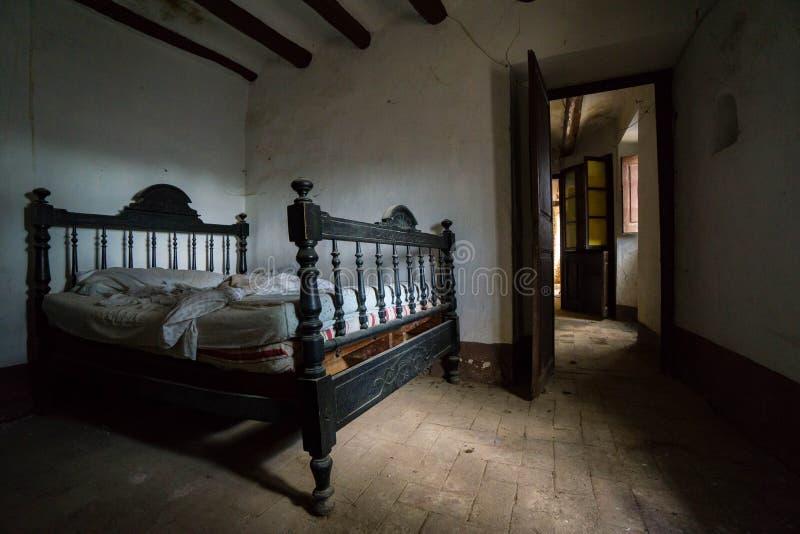 Dormitorio abandonado del vintage imagenes de archivo
