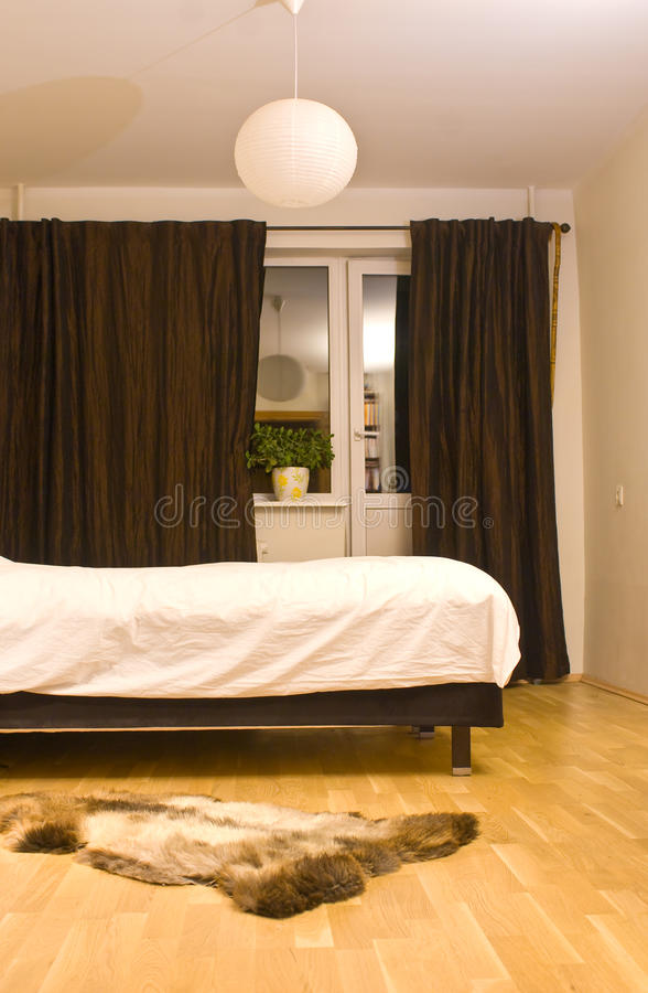Dormitorio acogedor imagenes de archivo