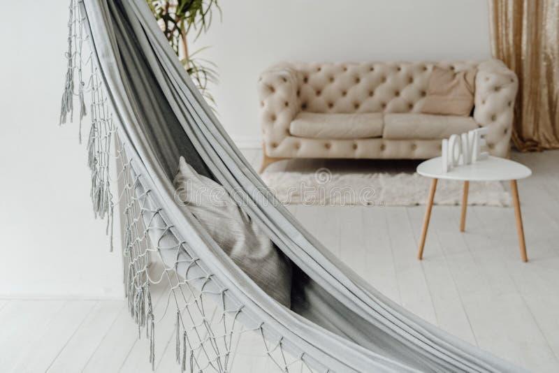 Dormitorio acogedor blanco interior con Grey Hammock fotografía de archivo libre de regalías