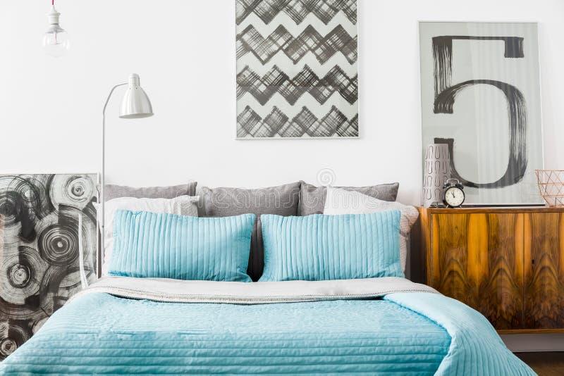 Dormitorio acogedor con la cama matrimonial fotografía de archivo