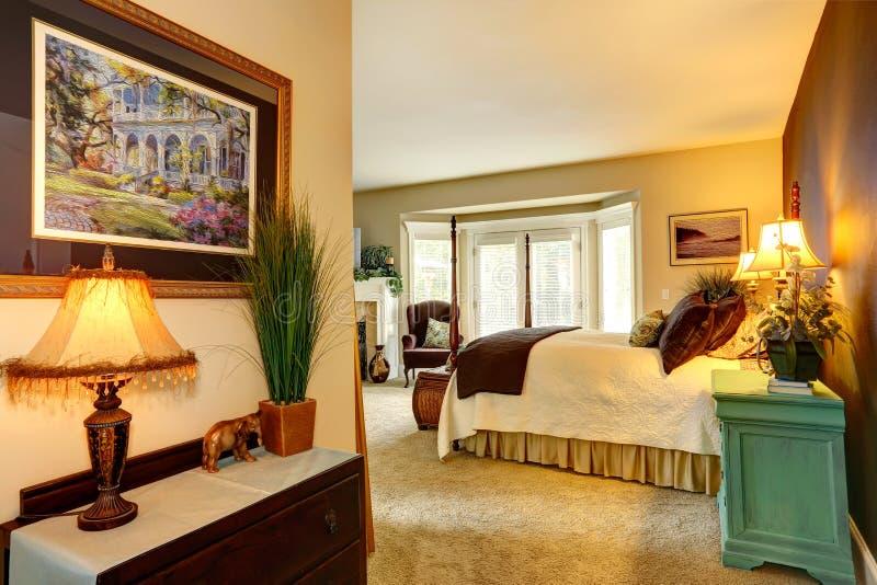 Dormitorio acogedor en casa de lujo fotos de archivo