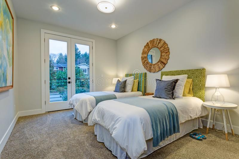 Dormitorio adorable con un par de camas individuales fotos de archivo