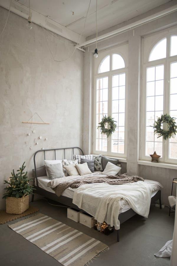 Dormitorio adornado para la Navidad imágenes de archivo libres de regalías