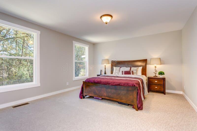 Dormitorio beige suave con la cama de madera imágenes de archivo libres de regalías