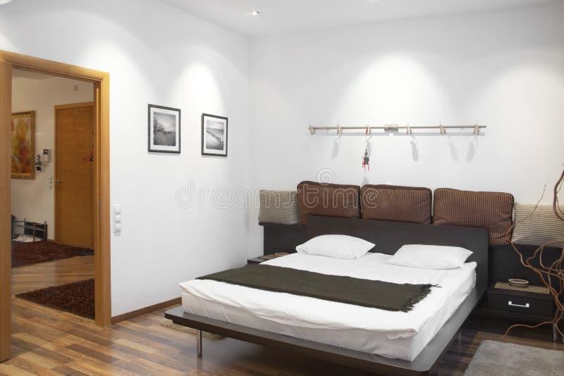 Dormitorio blanco fotografía de archivo libre de regalías