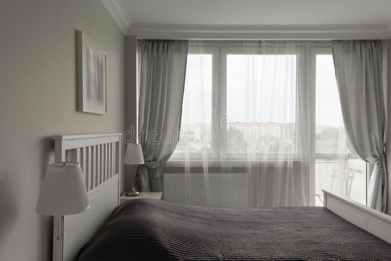 Dormitorio blanco y gris romántico fotografía de archivo libre de regalías
