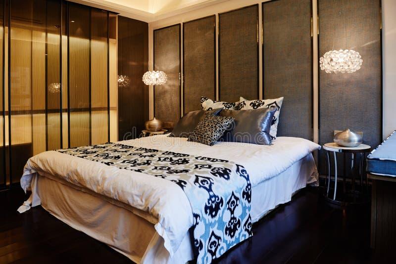 Dormitorio casero moderno imagen de archivo