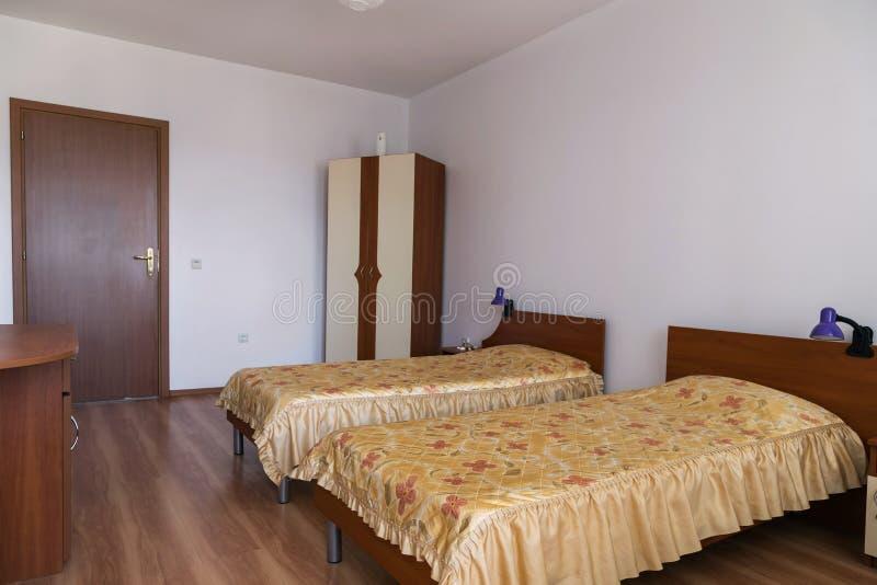 Dormitorio clásico con dos camas foto de archivo libre de regalías