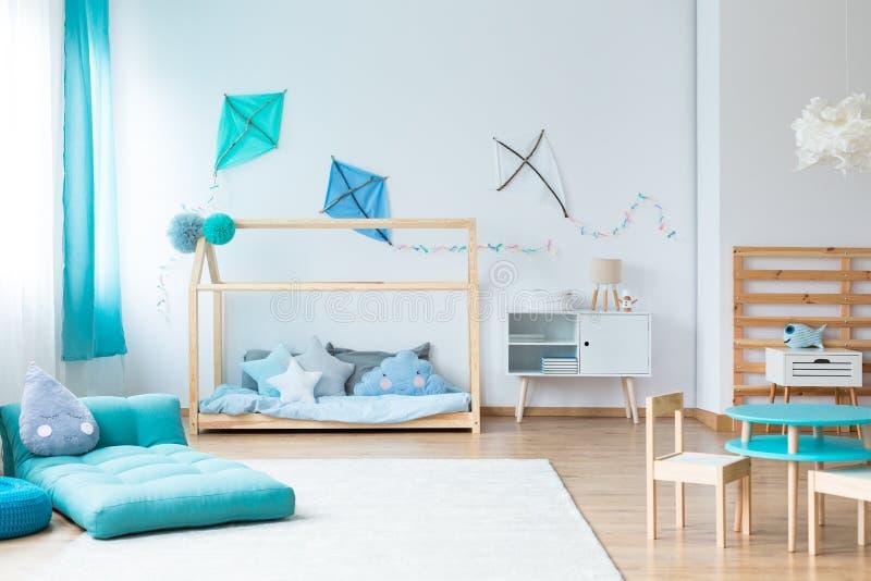 Dormitorio colorido de los niños con las cometas fotos de archivo libres de regalías