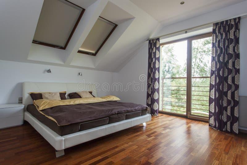 Dormitorio con el balcón imagenes de archivo