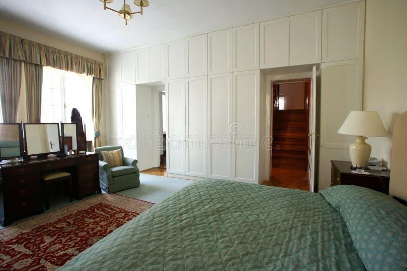 Dormitorio con el guardarropa grande foto de archivo