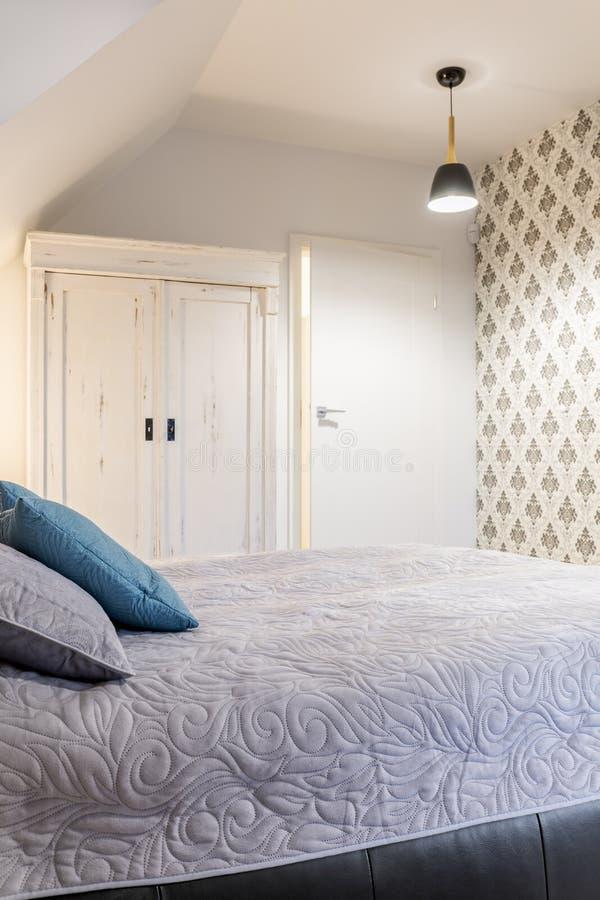 Dormitorio con el guardarropa viejo imágenes de archivo libres de regalías