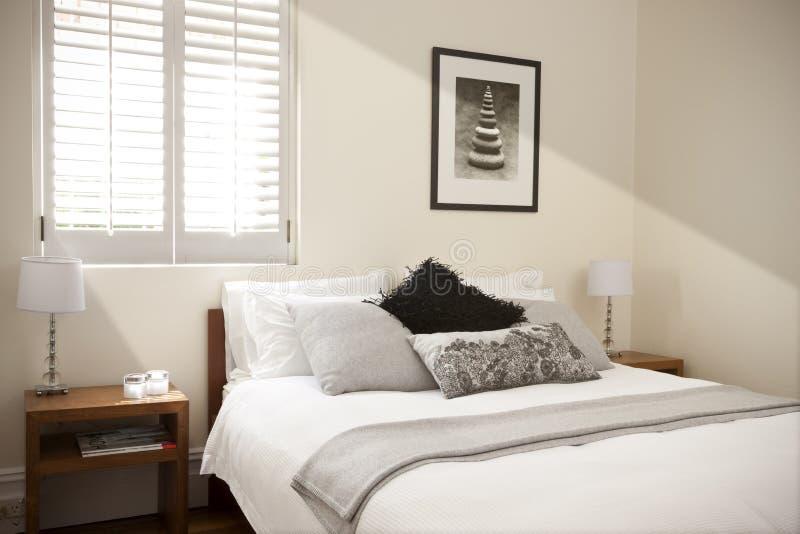 Dormitorio con la cama foto de archivo libre de regalías