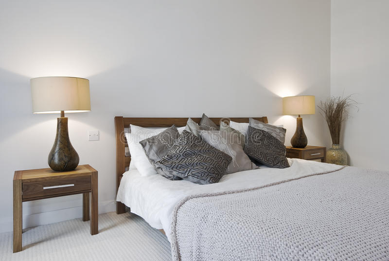 Dormitorio con la cama gigante y los vectores de cabecera foto de archivo libre de regalías