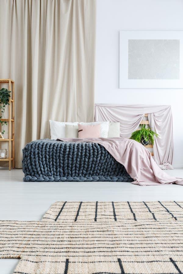 Dormitorio con la cortina fotografía de archivo