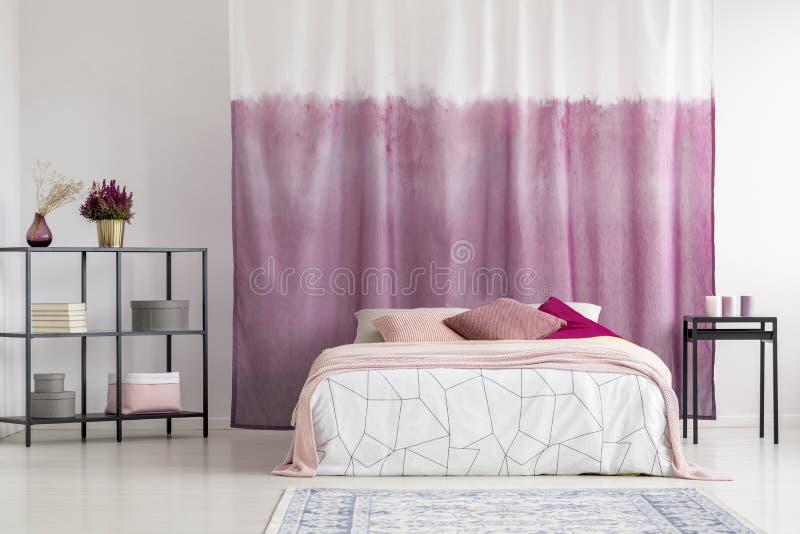 Dormitorio con la cortina teñida fotos de archivo libres de regalías