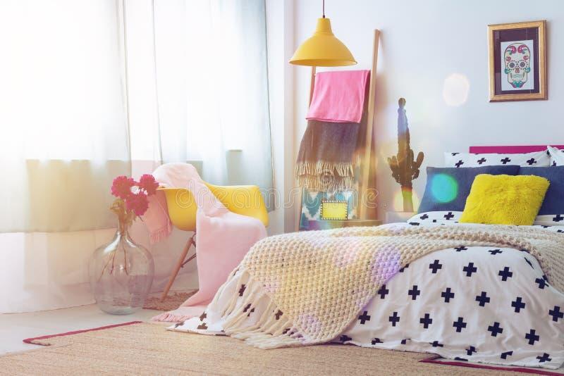 Dormitorio con la imagen del cráneo del azúcar imagenes de archivo