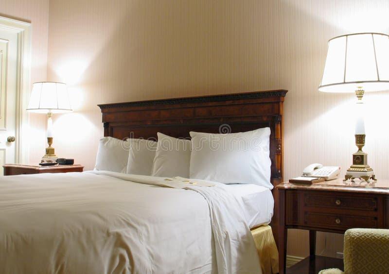 Dormitorio con la lámpara y la cama gigante fotos de archivo libres de regalías