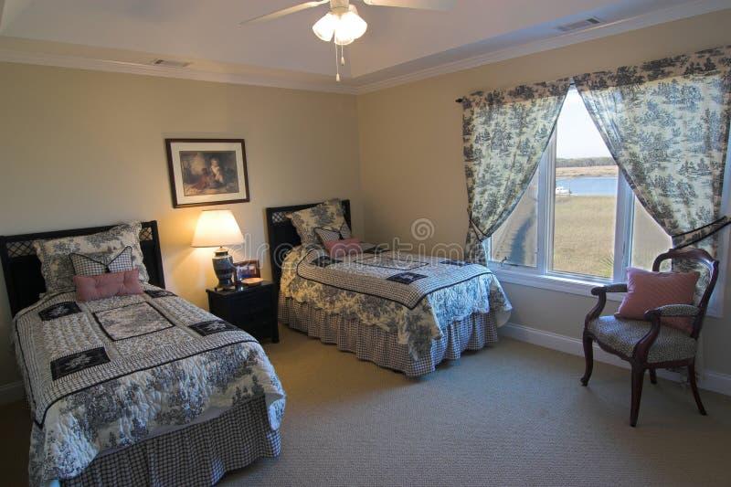 Dormitorio con la opinión de la línea de costa foto de archivo libre de regalías