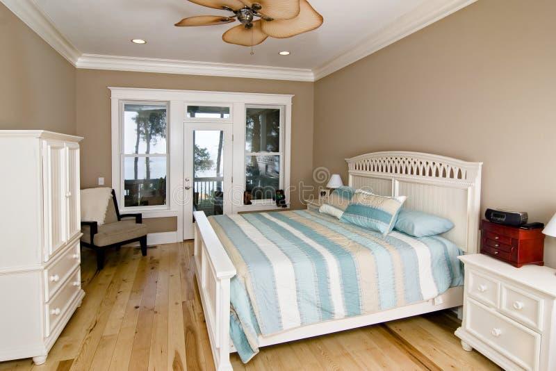 Dormitorio con la opinión de la línea de costa imagen de archivo