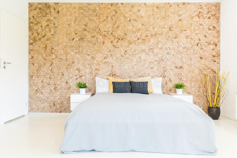 Dormitorio con la pared de madera del mosaico fotografía de archivo