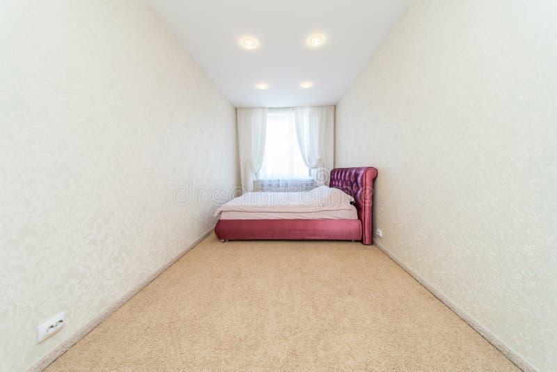 Dormitorio con la ventana fotografía de archivo libre de regalías