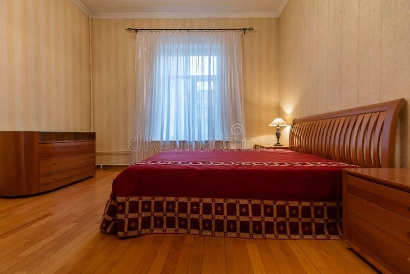Dormitorio con la ventana imagenes de archivo