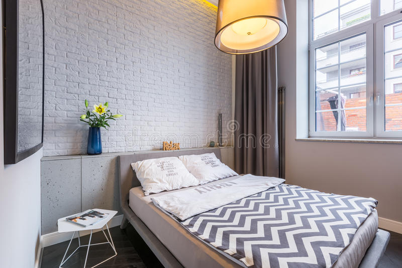 Dormitorio con la ventana y la cama fotos de archivo libres de regalías