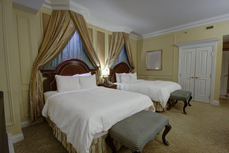 Dormitorio con las camas gigantes del toldo dos fotos de archivo libres de regalías