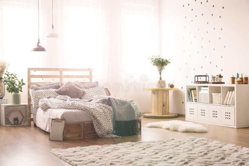 Dormitorio con los puntos en la pared fotos de archivo libres de regalías