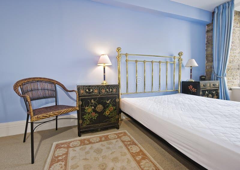Dormitorio con muebles de la vendimia fotos de archivo libres de regalías