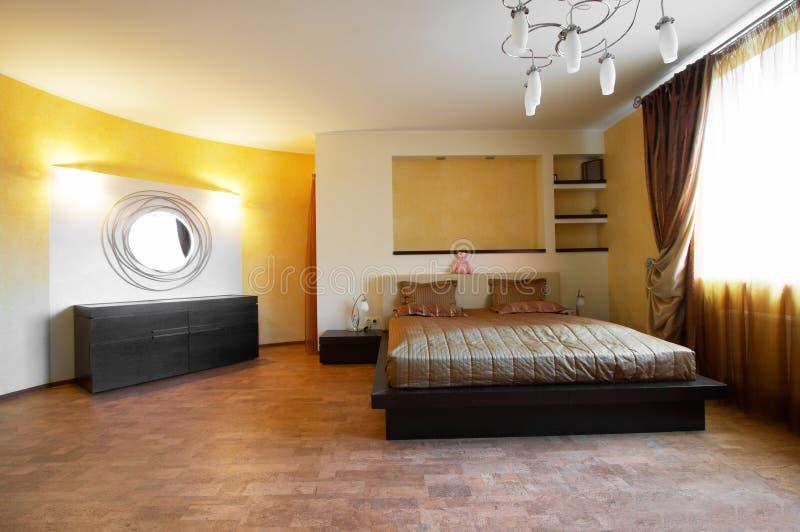 Dormitorio con un espejo foto de archivo