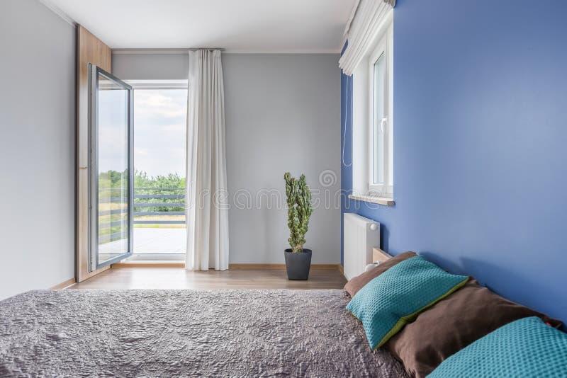 Dormitorio con una atmósfera relajante fotografía de archivo libre de regalías