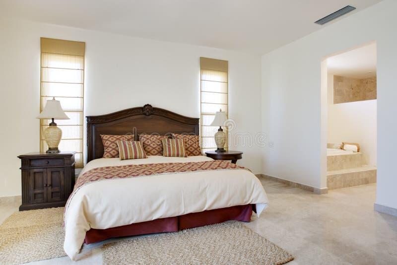 Dormitorio con Windows grande y la puerta fotografía de archivo libre de regalías