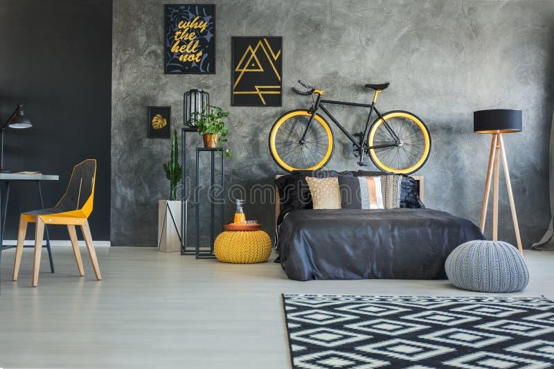 Dormitorio con zona de trabajo fotos de archivo libres de regalías