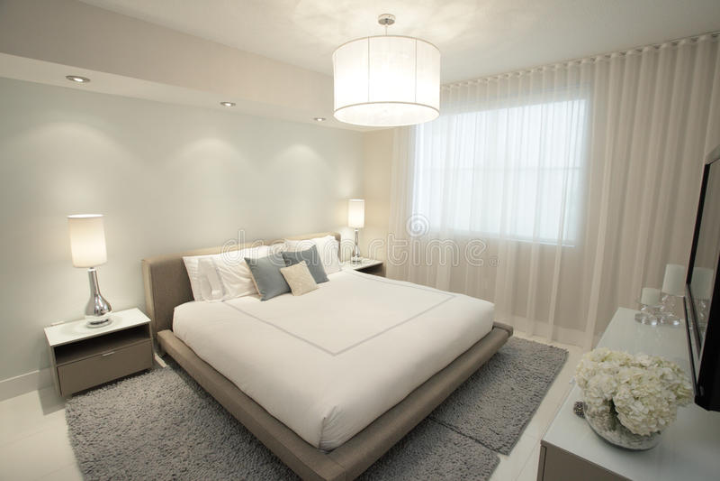 Dormitorio contemporáneo imágenes de archivo libres de regalías