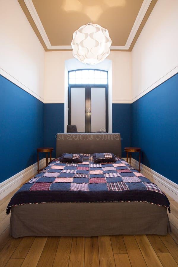Dormitorio contemporáneo en el estilo masculino fotografía de archivo
