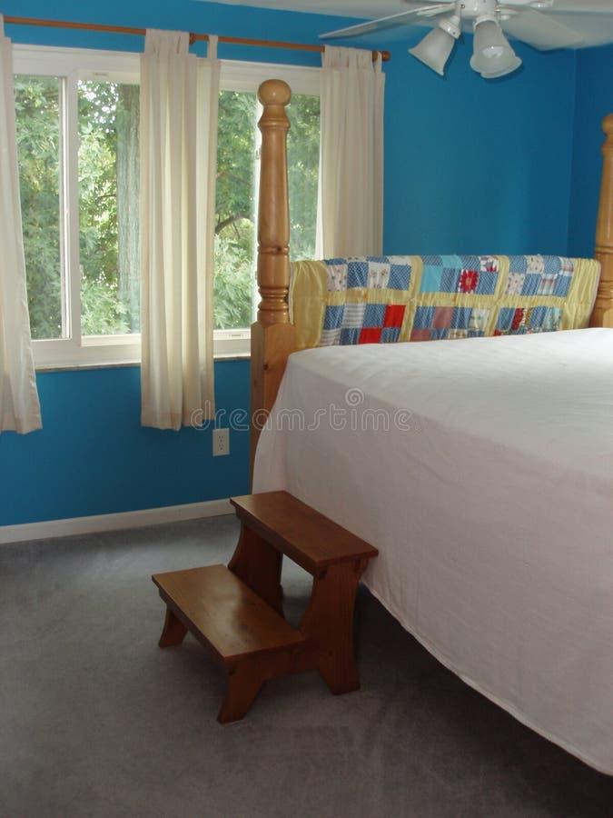 Dormitorio de huésped grande con pasos de progresión imagenes de archivo