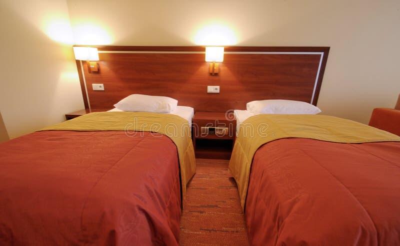 Dormitorio de la cama matrimonial fotografía de archivo libre de regalías