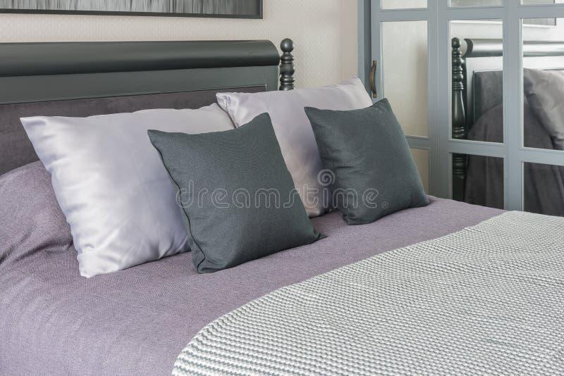 Dormitorio De Lujo Con La Cama Oscura De Madera Y Las Almohadas ...