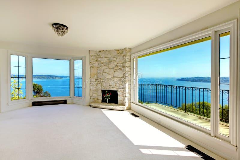 Dormitorio de lujo de las propiedades inmobiliarias con la opinión y la chimenea del agua. fotografía de archivo