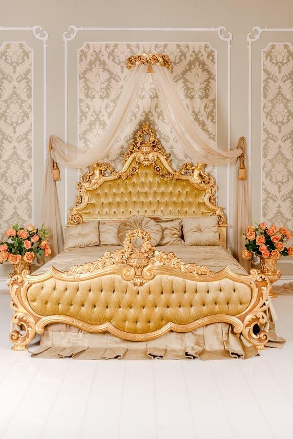 Dormitorio De Lujo En Colores Claros Con Los Detalles De Oro De Los ...