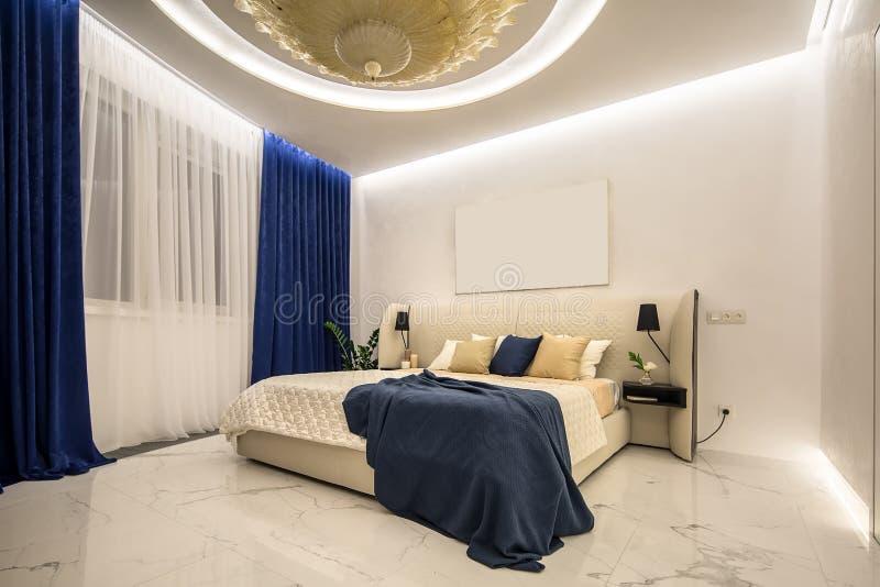 Dormitorio de lujo en estilo moderno fotografía de archivo