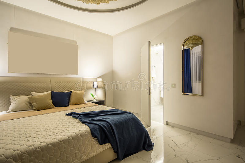 Dormitorio de lujo en estilo moderno imagen de archivo libre de regalías