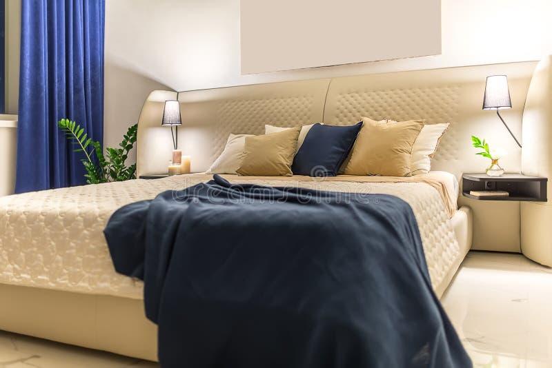 Dormitorio de lujo en estilo moderno imagenes de archivo