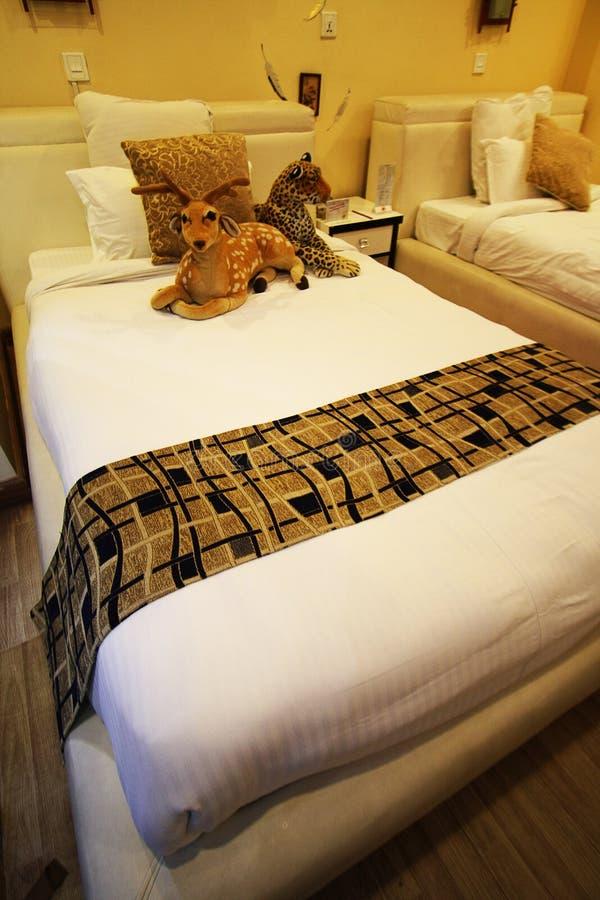 Dormitorio de lujo y cómodo del hotel foto de archivo libre de regalías