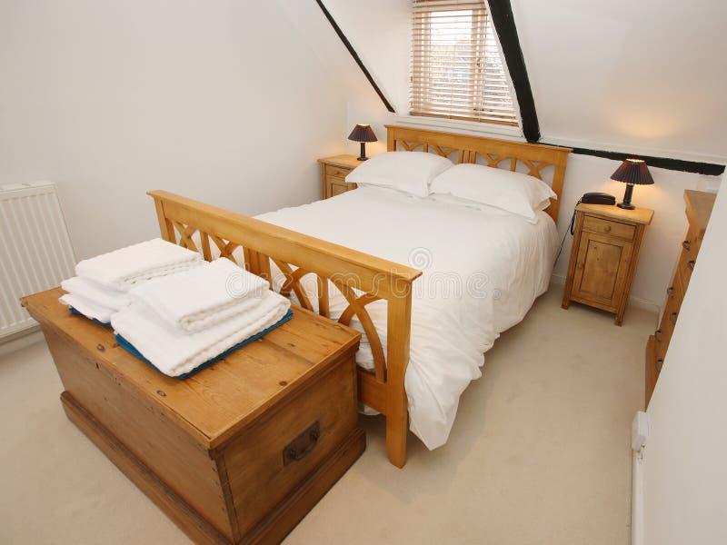 Dormitorio del ático fotografía de archivo